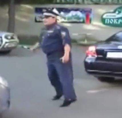 Echte Polizisten tanzen in Uniform